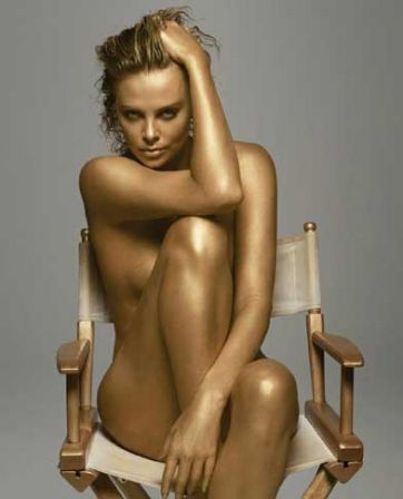 Charlize Theron en or